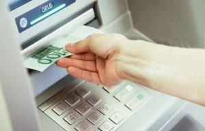 Jugendlicher schubst 91-Jährige am Geldautomaten und raubt Bargeld - Zeugen gesucht!