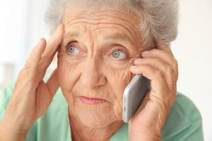 seniorin-am-telefon-symbolbild
